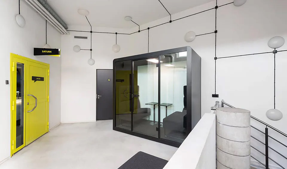 An empty Space 2 in a modern room